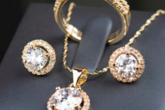 золотое-украшение-с-бриллиантами